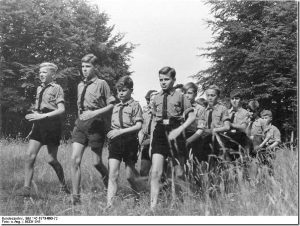 Bundesarchiv_Bild_146-1973-060-72,_Wandernde_Hitlerjungen